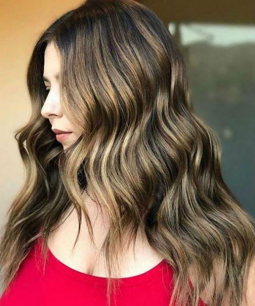 Exquisite blonde Highlights auf langem, welligem Balayage-Haar für Frauen
