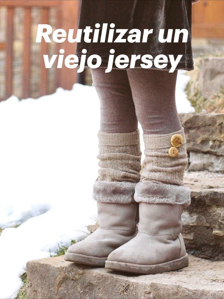 Reutiliza un viejo jersey y conviértelo en unos calcetines calentadores y una bufanda. Reutiliza prendas viejas y conviértelas en algo nuevo. Diy Y Manualidades, Leg Warmers, Legs, Crafts, Fashion, Socks, Sleeves, Clothing, Upcycling