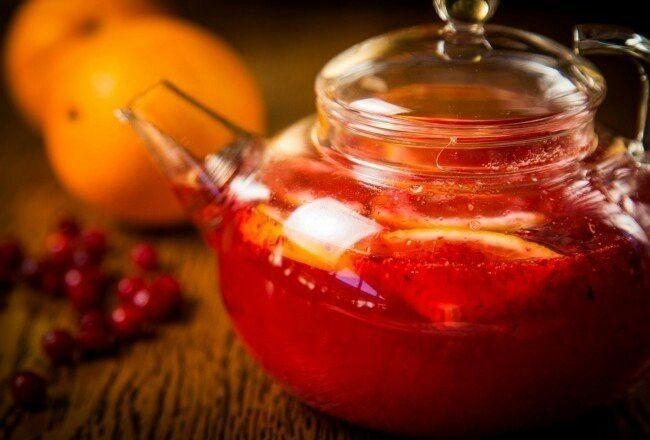 1. Клюквенный чай  Ингредиенты:  60 г апельсина 50 г лимона 40 мл апельсинового сока 50 мл сахарного сиропа (50 г сахара и 50 мл воды прогреть до растворения сахара) 50 г клюквы (можно использовать замороженную) 1 палочка корицы 400 мл кипятка  Приготовление:  Апельсин нарезать небольшими кусочками и вместе с клюквой поместить в чайник. Добавить апельсиновый сок, сахарный сироп и палочку корицы. Залить все кипятком, дать настояться в течение 15 минут.