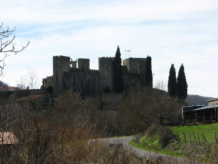 Vista del castillo de Montemayor del Río desde la carretera de Béjar.