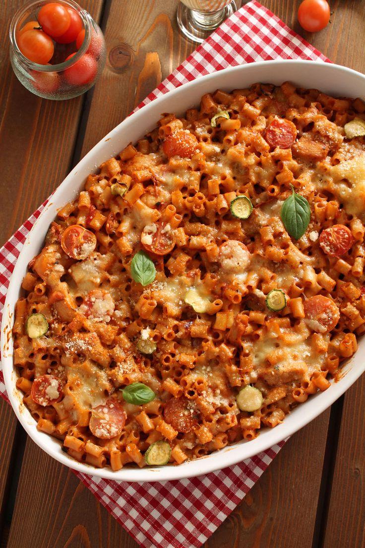 αυτή τη συνταγή για κοφτό μακαρονάκι με κοτόπουλο και κολοκυθάκια. Θυμάμαι πόσο πολύ είχα ενθουσιαστεί όταν την είχα πρωτοδεί στο υπέροχο blog της Jo. Ανυπομονούσα να τη φτιάξω και να την απολαύσουμε μαζί με τον Κωστή και τα κορίτσια κάποιο Σάββατο ή Κυριακή. Ήμουν σίγουρη ότι θα άρεσε σε όλους μας και ότι θα γινόταν αγαπημένο οικογενειακό πιάτο.