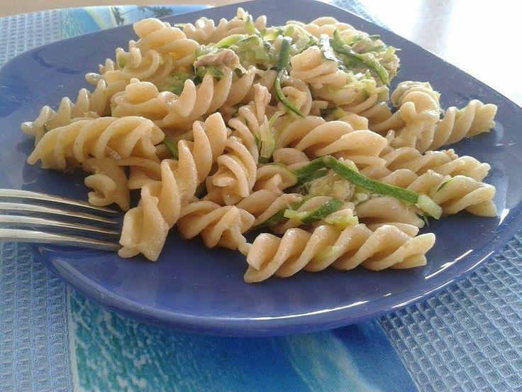 Fusilli+integrali+con+zucchine+tonno+e+curry