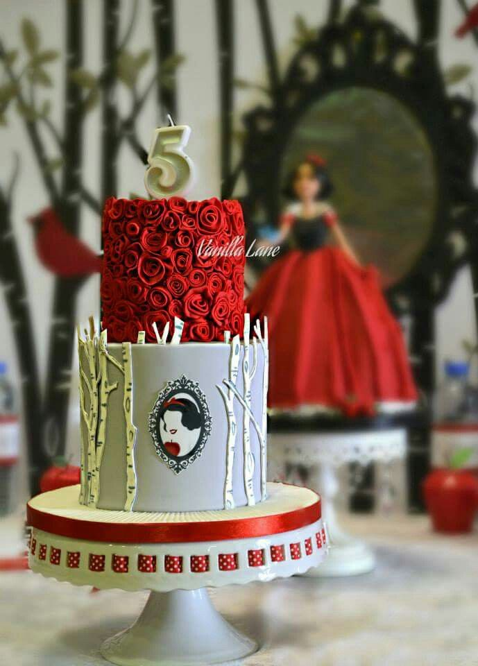 """""""Lips red as the rose. Hair black as ebony. Skin white as snow.""""...""""Snow White!"""" Love this beautiful cake 💛🍎💙"""