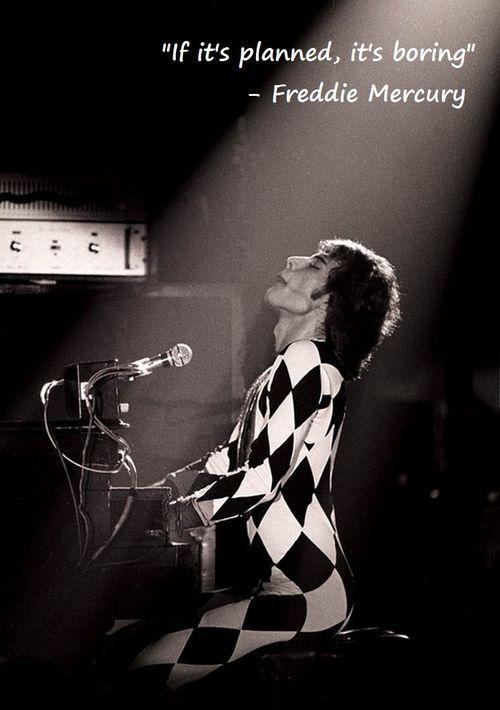 """""""Když jsme začínali, hráli všicni rockeři v džínách. A najednou se objevil nějaký Freddie Mercury v obleku od Zandry Rhodesové, nalíčený a s černě nalakovanými nehty. Bylo to pro ně šíleně pobuřující."""""""