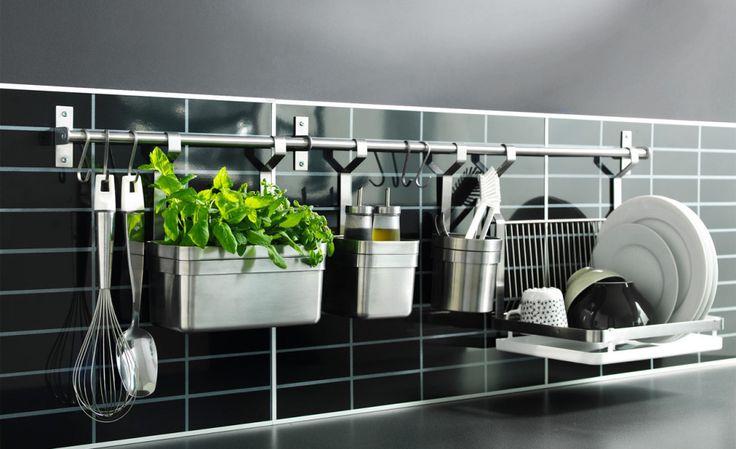 Idee für kleine Küche, Tipps für kleine Küchen, Ordnung in Küche klein, Bild, Inspiration, Aufhängung, Dekoration, Kräuter