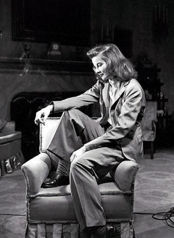 Katharine Hepburn con traje masculino.