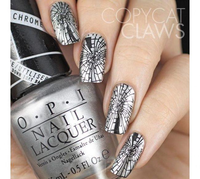 Broken mirror nails! Nageldesign auch geeignet als spinnweben für Halloween! Świetny pomysł na oryginalny manicure - paznokcie wyglądające jak rozbite lustro. Idealne na karnawał!