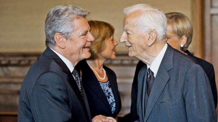 26. September 2013: Bundespräsident Joachim Gauck und Richard von Weizsäcker begrüßen sich bei der Trauerfeier für Berthold Beitz in der Villa Hügel in Essen http://www.bild.de/politik/inland/richard-von-weizsaecker/alt-bundespraesident-richard-von-weizsaecker-ist-tot-39552990.bild.html