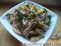 Фото к рецепту: Салат с кальмарами и жареными грибами