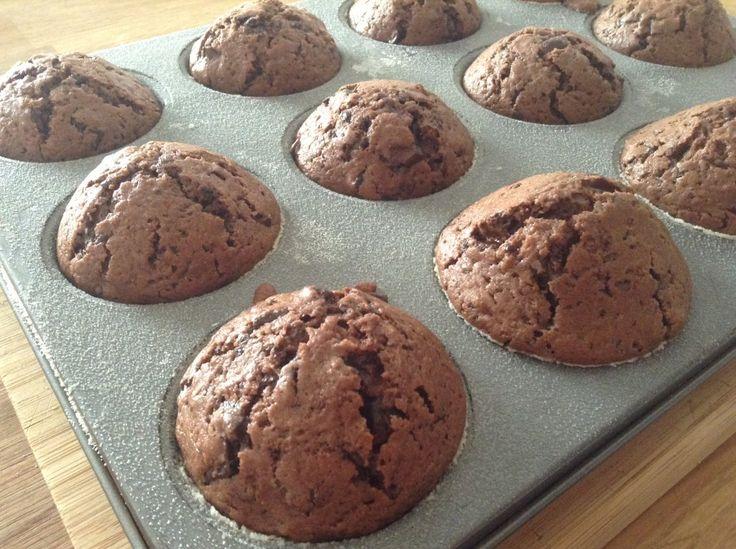 Milujete čokoládu? Dopřejte si čokoládové muffiny s extra porcí čokolády. Podávejte je teplé, ať si to čokoládové blaho lépe užijete!