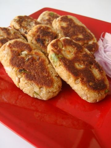 Quick Whole Wheat Bread Cutlets is an easy Indian food recipe, prepared with crushed bread, mashed potato, onions, spices and coriander leaves and shallow fried till crisp. Goes well as an evening snack.