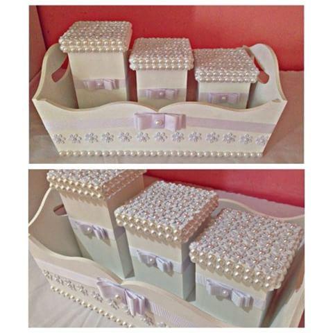 Esse kit bebê está um luxo! A Perolarte fez com todo cuidado para deixar o quartinho do bebê organizado e lindo! Kit pronta entrega. Fale conosco pelo direct ou whatsap. #euquefizperolarte #arte comperolas #recife #mamãe #bebê #menino #menina #maternidade #artesanato #kitbebe #recém-nascido