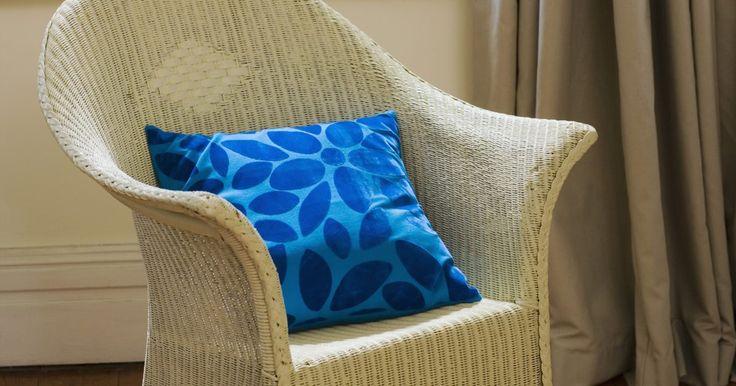 Cómo hacer una silla de mimbre. Las sillas de mimbre son un mueble popular cuya técnica de armado ha sido muy usada en el armado de sillas antiguas, mesas y otros muebles. En el proceso de armado, los hacedores de estos muebles usan láminas pre-tejidas de mimbre y si no tejen el mimbre ellos mismos. El resultado es un mueble con áreas tejidas más débiles, comúnmente en la parte ...