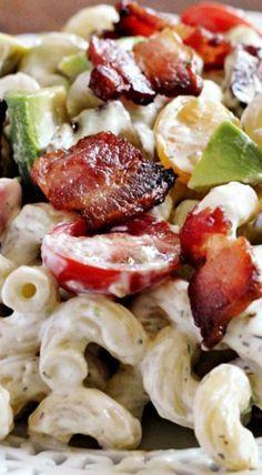 Cremiges Nudelsalatrezept mit Speck, Tomaten und Avocado   – Salads