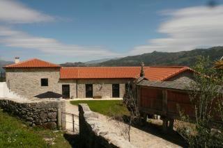 Quinta Olivia is een sfeervol gerestaureerde granieten boerderij uit 1778 met drie tweepersoons appartementen: Penedo, Vista en Lindo. De appartementen zijn licht, ruim en sfeervol van opzet met strakke lijnen en antieke details. Ze zijn voorzien van een woonkamer, keuken, slaapkamer met badkamer en een privé-terras met een spectaculair uitzicht op de Lima-vallei en het natuurgebied Peneda-Gerês.