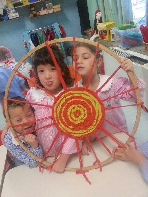 Un telaio con il cerchio e stracci:facciamo un tappeto colorato
