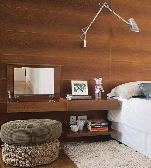 Penteadeira em um cantinho do quarto, para quem não tem muito espaço em casa. :)