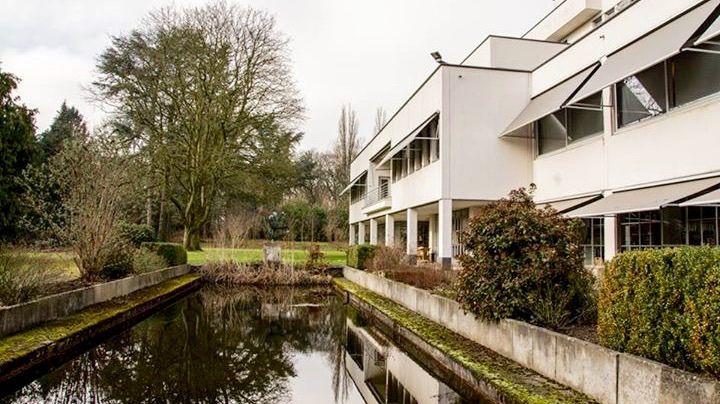 https://flic.kr/p/qVUd28 | Monseigneur Laurentius Schrijnenhuis | 1932-1933 | Het Monseigneur Laurentius Schrijnenhuis is een voormalig retraitehuis voor vrouwen en meisjes. Het is gelegen aan de Oliemolenstraat op de Molenberg in Heerlen. Aan de achterkant (foto) ligt het Aambos. Het gebouw is vernoemd naar de 18e bisschop van Roermond, Laurentius Schrijnen. Tegenwoordig wordt het gebruikt als kantoorruimte.  Het retraitehuis is gebouwd van 1932 tot 1933 naar een ontwerp van architect Frits…