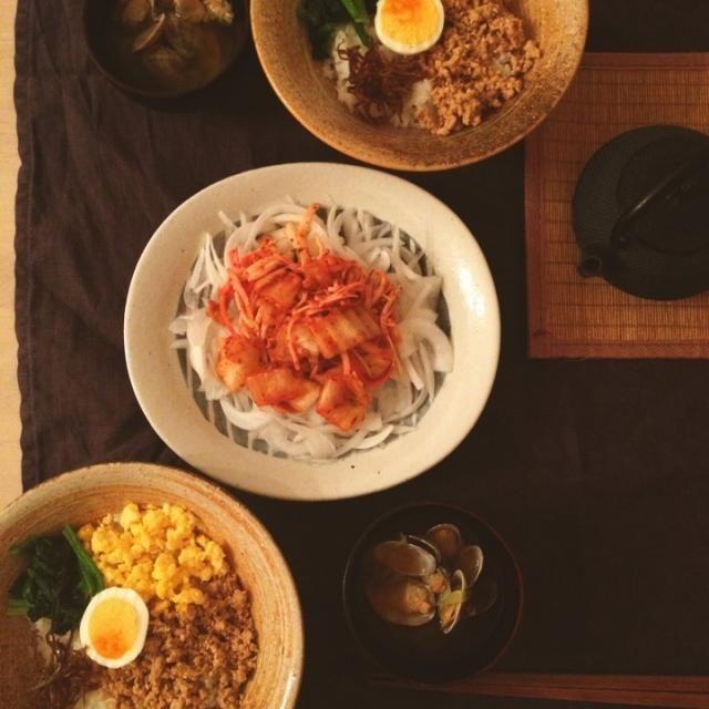 そぼろ丼には、小女子の佃煮も乗せて。 新玉スライスにキムチとカニカマを混ぜたものをトッピングしたのは、フードクリエーター樋口正樹さんがやっていたのを真似しました。美味しい✨ - 109件のもぐもぐ - 鶏そぼろ丼、新玉スライスにキムチとカニカマ、あさりの味噌汁。 by nikori