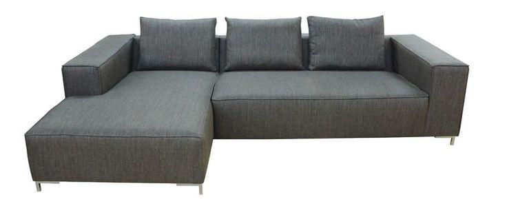 Alta+Sofa+med+Chaise+-+Flot+minimalistisk+3-personers+sofa+med+chaiselong.+Sofaen+er+betrukket+med+gråt+stof+og+har+nogle+flotte+metalben.+Det+enkle+og+samtidig+moderne+design+vil+passe+flot+ind+i+de+fleste+hjem.+