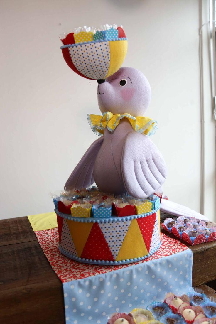 O feltro é muito utilizado para decoração de festas infantis. Lá vem a foca, toda animada!