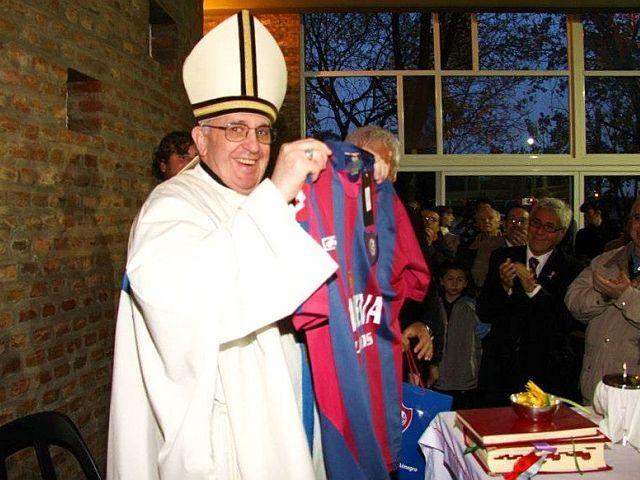 Jorge Mario Bergoglio, hincha y socio del Club San Lorenzo de Almagro en cuyo equipo de baloncesto jugó su padre Mario José Bergoglio.