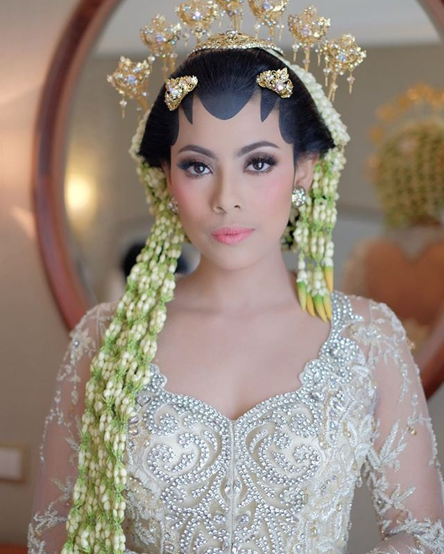 @sarahlynndd akad nikah Make up by Me Paes by @ambarpaes_jakarta Kebaya by @poppykarim Photo by @fotologue_photo Wo by @pasoetriweddings Venue @shangrilajkt #mymakeup #weddingmakeup #wedding #makeup #makeupadat #makeuplover #makeupaddict #adat #jawa #thisisnow #adiadriansalon