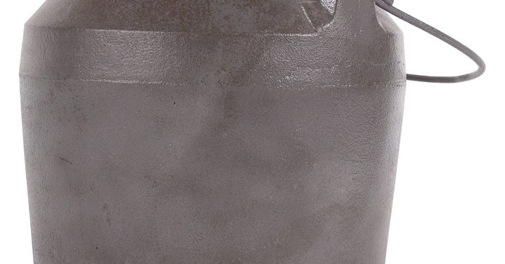 Como limpar panelas de ferro fundido esmaltadas em porcelana. Se possuir panelas simples de ferro fundido, você está ciente de suas necessidades de limpeza e untura. Embora igualmente pesadas, as panelas de ferro fundido esmaltadas e coloridas não têm que ser untadas como outras variedades. Isso significa também que elas devem ser limpadas de forma diferente do que as panelas tradicionais de ferro fundido.