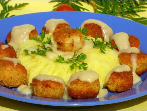 Nem régen jártunk az IKEA-ban és az étteremben láttuk, hogy szinte minden második ember svéd húsgolyót eszik krumplipürével. Azóta gondolkodtunk rajta, hogy elkészítjük a vegán változatát úgy, hogy egyszerű legyen elkészíteni,