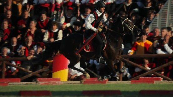 Il giro del campo dei cavalieri nel gioco della Giostra della Quintana ad Ascoli Piceno.