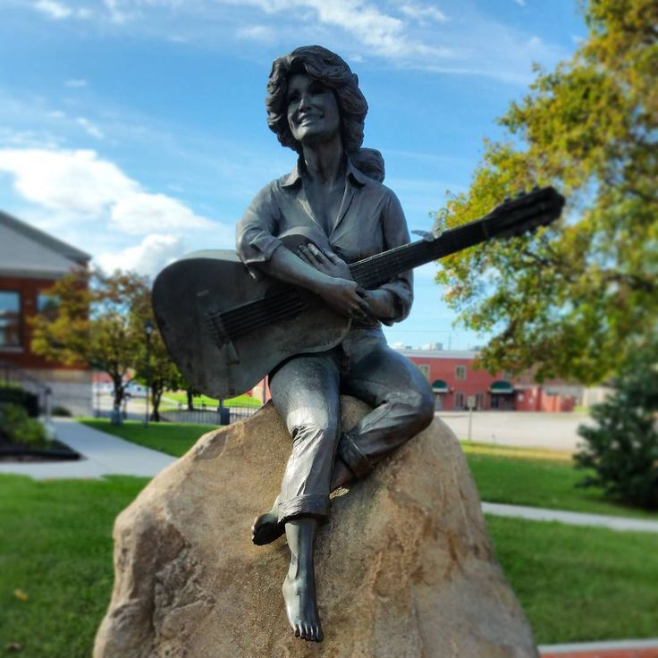 Dolly Parton statue in front of Courthouse in Sevierville, TN on this sunny Sunday.  Dolly was born in Sevierville. #smokymountains #dollyparton