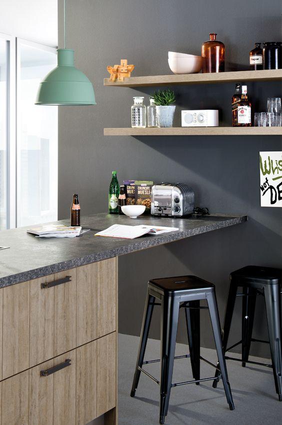 Regalborde für die Küche, eine Lampe im Industrial Style und schwarze Metallhocker machen den Look komplett
