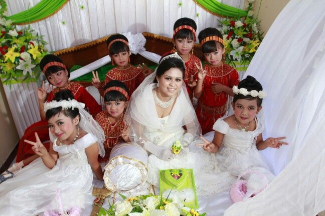 Bride 'n girls in Toraja tradisional dress