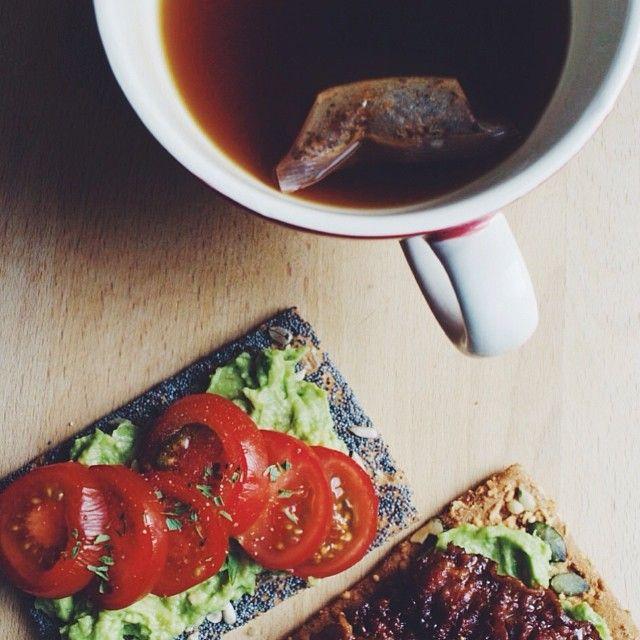 Who feels like having a little healthy breakfast with us? Vi elsker morgenmad! #aviendo#healthy#enrich#insire#insiration#morgenmad#onmyplate#kbh#cph#breakfast#vegan#cleaneating#nofilter#tea#avocado#avocadolove#morgen#the#tea#elsker#style#copenhagenfoodies#foodies#foodporn#joy