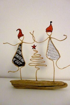 Figurines en ficelle de kraft armé et papier sur socle en bois  Les revoici, les gentils petits Lutins ! Deux par deux, bras dessus bras dessous, ils tournent, tournent et danse - 11882725