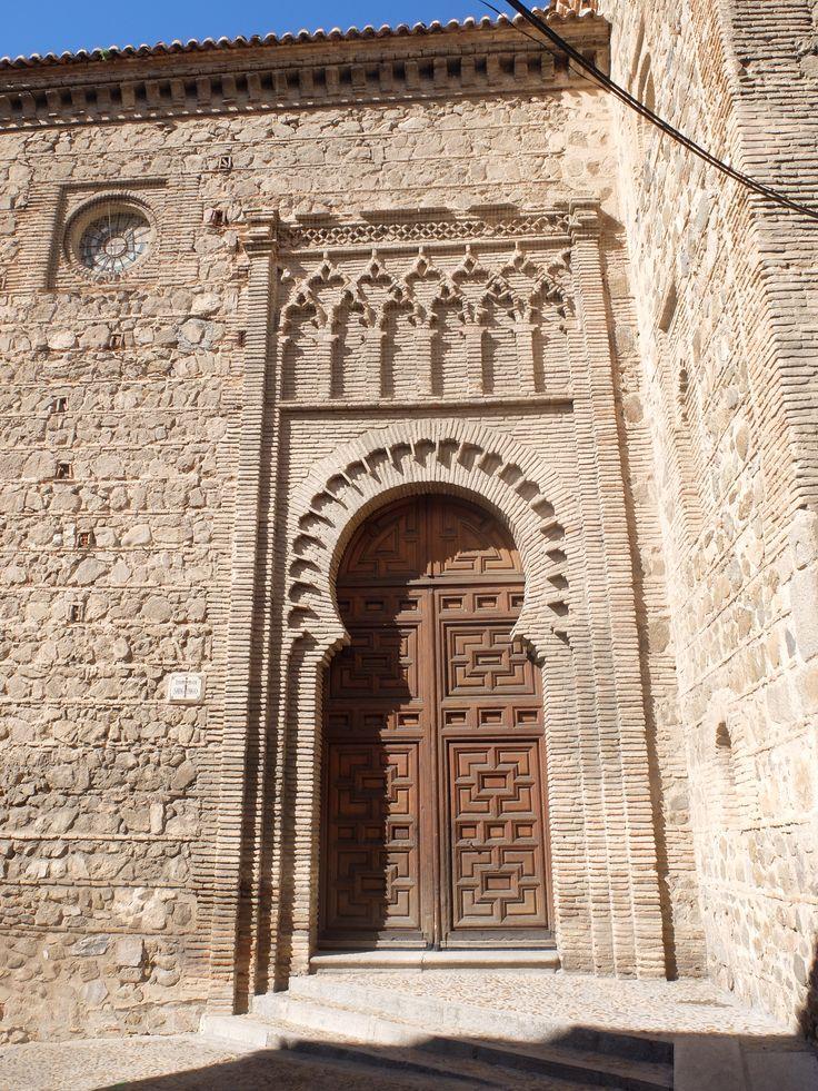 Puerta de acceso en la fachada sur de la nave. Estamos ante unas puertas mas islamizadas que las del mudéjar castellano leones clásico