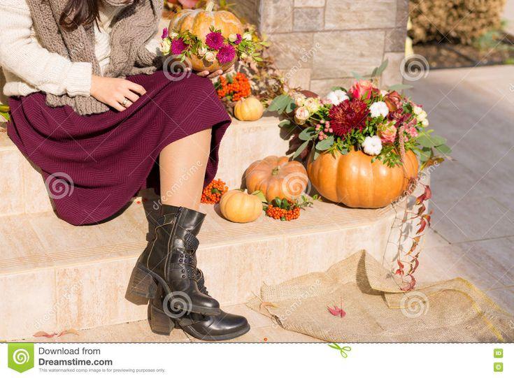 Pretty Woman Sitting On A Decorated Porch Imagen de la librería - Imagen de street, porch: 79670587