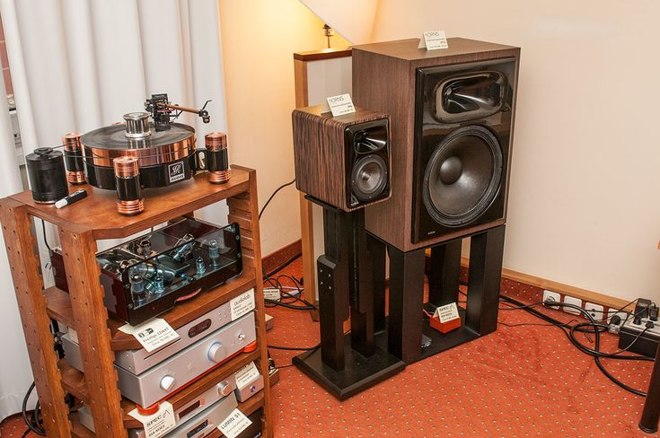 Audio Video Show in Prague - Egg-Shell Prestige vacuum tube amplifier with JR Audio turntable and hORNS speakers (all from Poland)