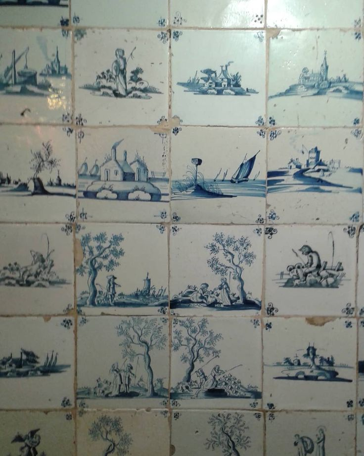 Took pictures of these delft tiles for @paulbommer & @nickappleton61 earlier this week. There are 2 big  panels of them in the George and Pilgrim Hotel Glastonbury, a fantastic building dating from the 1400's. The most delft tiles I've seen outside of Alby!  #delft #tiles #pottery #Glastonbury #thegeorgeandpligrimhotel #paulbommer