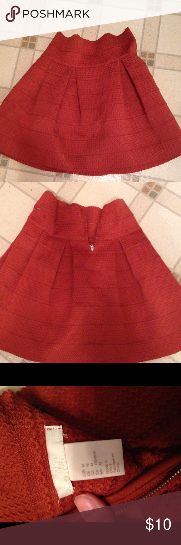 H and M full skirt H and M full skirt bought off of here but is too big for me smoke free pet free home h & m Skirts Circle & Skater