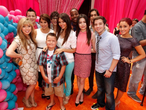 Cast Clash All our favorite cast members from iCarly and Victorious came together to celebrate the biggest party of the year at this hip Orange Carpet premiere!
