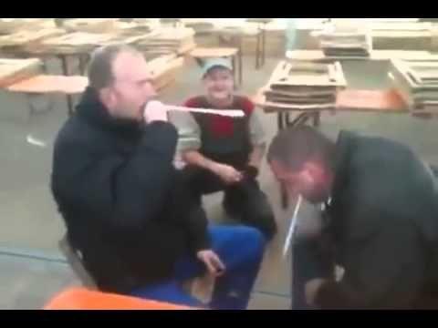 Dorosli faceci i drewniane łyżki więcej o nawalaniu się po głowie drewnianą łyżką jest tutaj http://www.smiesznefilmy.net/dowcip-z-drewniana-lyzka #faceci #smiesznefilmy #men #boys