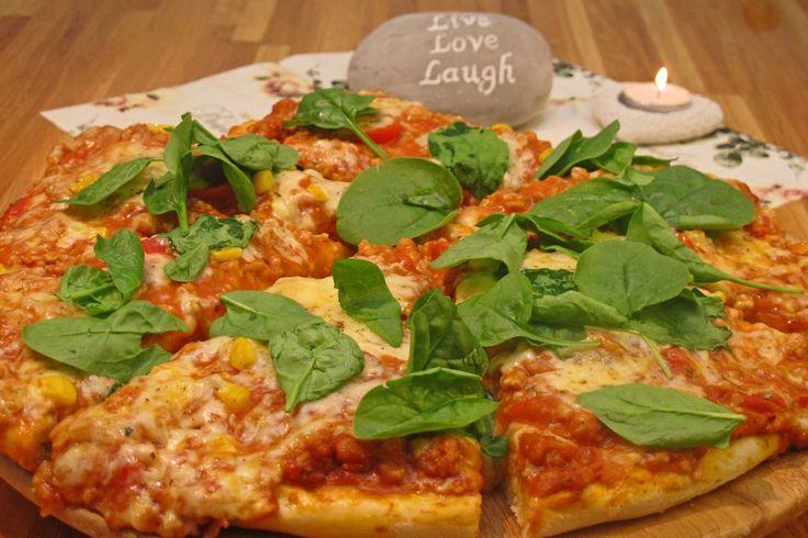 Her har du en fin grunnoppskrift på pizzadeig. Jeg vil ha en velsmakende pizzadeig, som ikke tar alt for lang tid. Hele hensikten for meg er å kunne lage pizza raskt når jeg har lyst på dette.