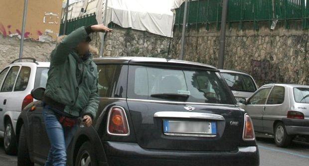 Napoli, non paga il parcheggiatore abusivo  picchiato brutalmente: «Mi hanno ridotto male»