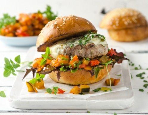 Lamm-Burger mit Ratatouille und Blauschimmelkäse Rezept