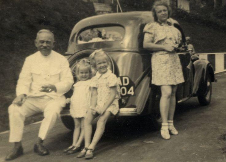 Charlotte Helena Blankwaardt (1905-2005) Oom Jan van der Bie met LottieGerrie en Jet.Bandoeng januari 1940.