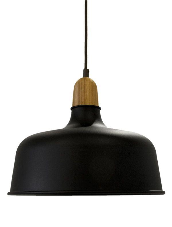 In de collectie van Vroonland & Vaandrager zijn juist de functionele elementen de pronkstukken. Zo ook bij de Wedgelamp: het houten verbindingsstuk combineert mooi met de aluminium kap. Vanaf € 179,- www.vroonland.info