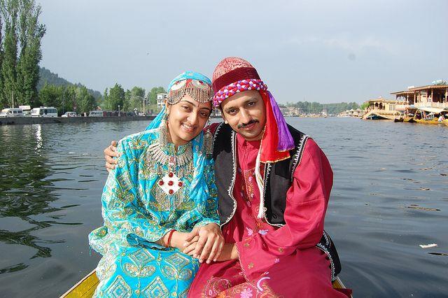 A Kashmiri couple in Kashmiri costume ( Sudarshan P's Image )