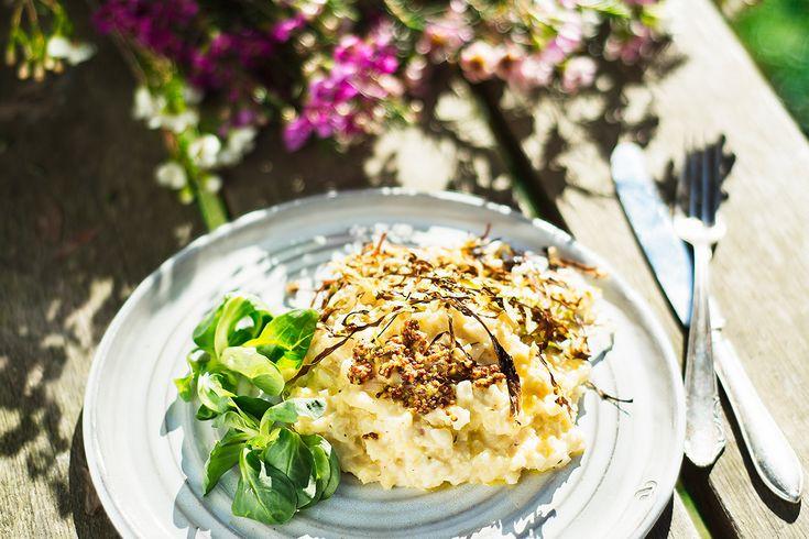 Risotto utan ris! Vi gör en himmelskt god vegansk variant på mixad blomkål istället för ris. Krämigt, gott och nyttigt! Recept från Vegourmet.