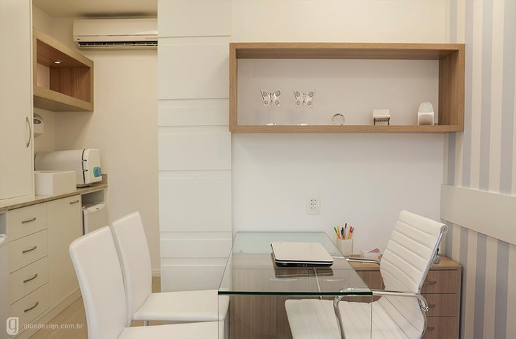 Consultório compacto, aconchegante e prático.